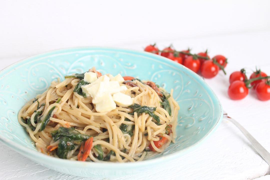 one pot pasta mit spinat und tomaten schnelle pasta. Black Bedroom Furniture Sets. Home Design Ideas