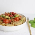 Schnelle Nudeln mit Avocado und Tomaten – fertig in 20 Minuten