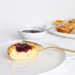 Kleine Quarktörtchen oder Käsekuchentörtchen mit Beerensoße