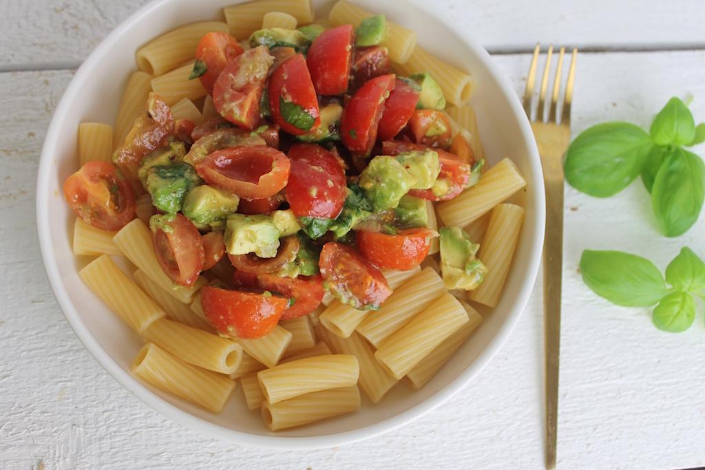 Schnelle Nudeln mit Avocado und tomaten