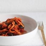 Süßkartoffelspaghetti mit Tomatensoße mit Spinat und Oliven