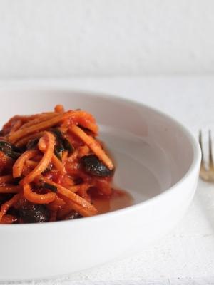 Süßkartoffelspaghetti mit tomatensoße