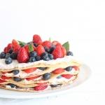 Gesunde Pfannkuchentorte mit Quark und Beeren