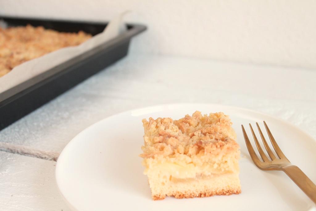 Apfelkuchen mit Vanillepudding und Streusel vom Blech